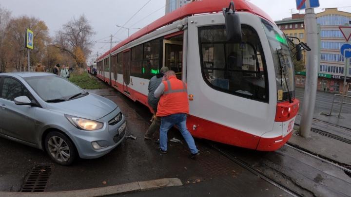 В Самаре парализовало движение из-за столкновения трамвая с иномаркой