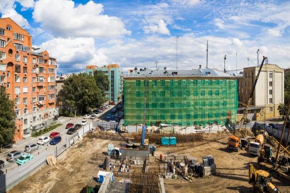 Дом начали строить на участке между жилым домом по улице Ермака, 4 и зданием Минобороны на Красном проспекте, 53