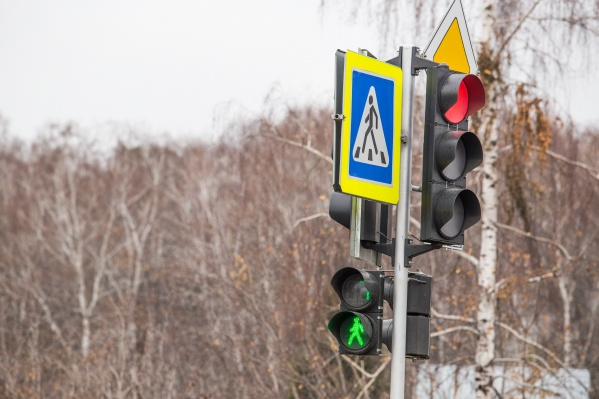 В первый же день после установки светофора на выезде с Плющихинского жилмассива собралась пробка