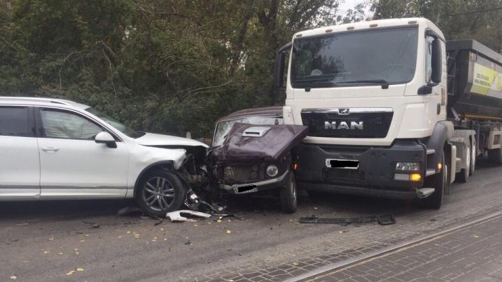 Внедорожник вылетел на «встречку» на горбатом мосту и устроил аварию с грузовиком