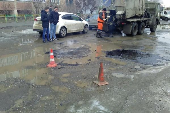 Закон позволяет временно латать дыры на дорогах, заливая лужи асфальтом