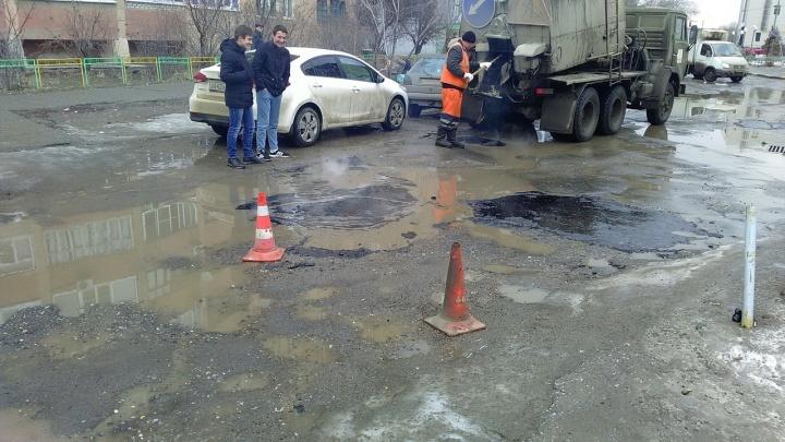 «Лужи заливают асфальтом»: в Волжском идёт ямочный ремонт дорог