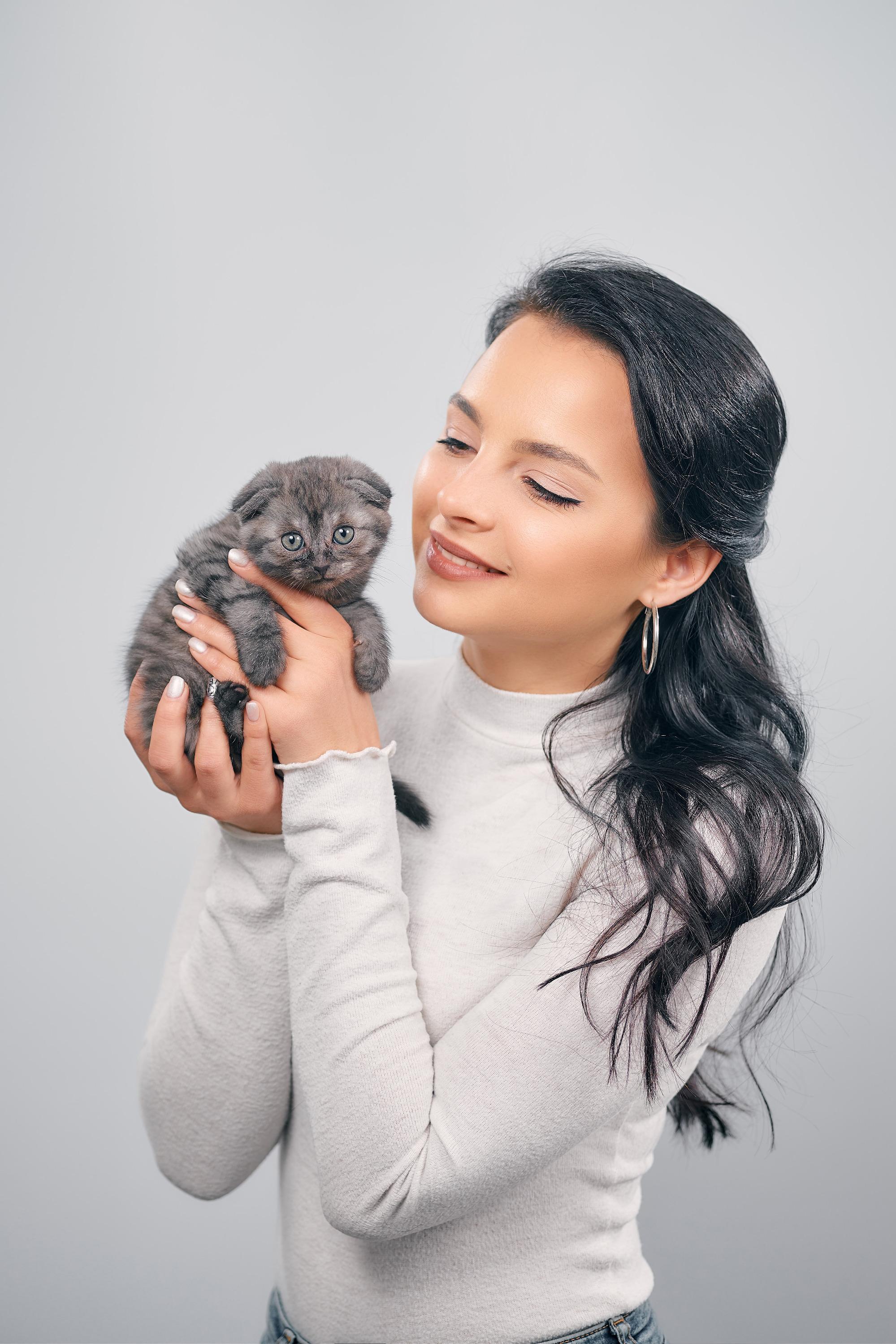 Елена Белобородова с котенком. Ему чуть больше месяца.Имени у него пока нет. Мать отказалась его кормить, а потому котенка выходила другаякошка