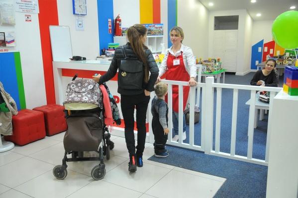 В торговом центре лучше оставить малыша в детской зоне, а не таскать по магазинам