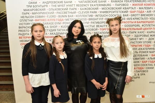 Лилия Сыропятова и четверо (из девяти) ее детей