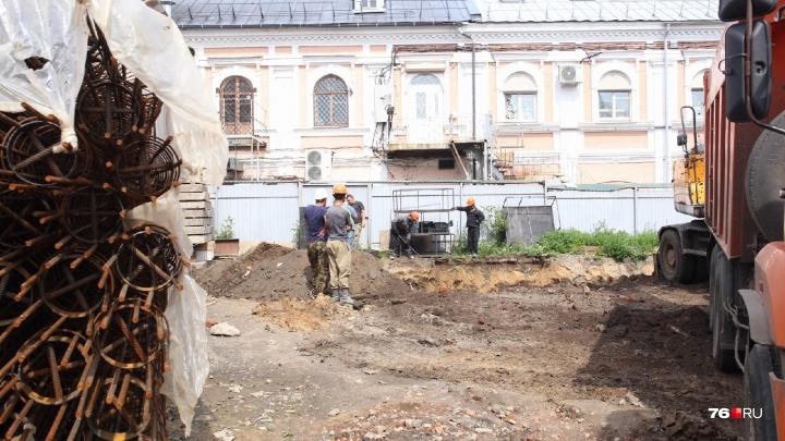 «Мы люди подневольные»: в центре Ярославля возобновили скандальную стройку кинотеатра
