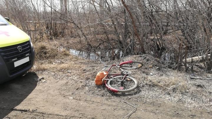 В Омске фура насмерть задавила велосипедиста, упавшего на дорогу