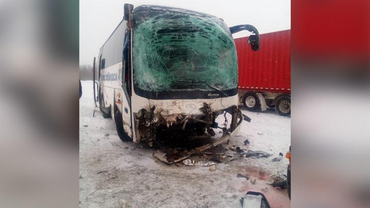 Рейсовый автобус врезался в грузовик на трассе под Новосибирском: есть пострадавшие