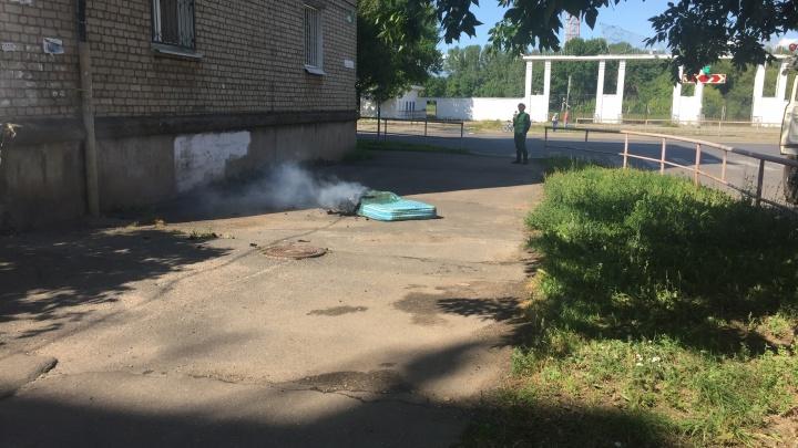 Пожар в Рыбинске: из горящей квартиры спасатели вынесли дедушку
