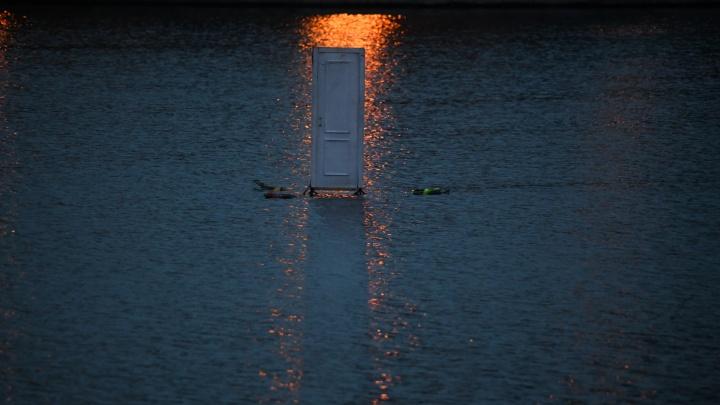 Двое мужиков на лодке утопили дверь, которую ночью установили на Городском пруду