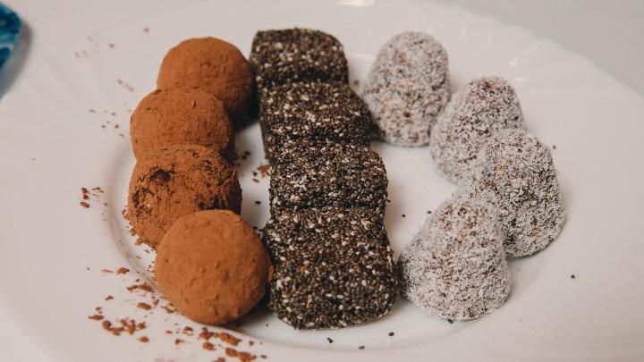 Как приготовить домашние «Раффаэлло», трюфели, конфеты для худеющих, показывают тюменские кондитеры