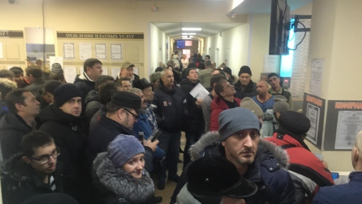 Штурм наркодиспансера в Новосибирске: водители давятся в очередях, чтобы пройти медкомиссию по старым ценам