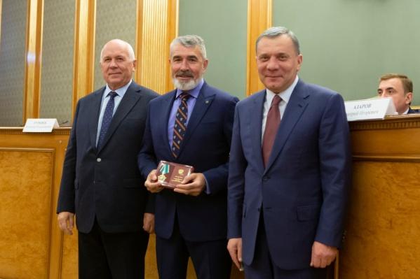Аветисян (в центре) с гендиректором «Ростеха», председателем СоюзМаша Сергеем Чемезовым (слева) ивице-премьером Юрием Борисовым (справа)