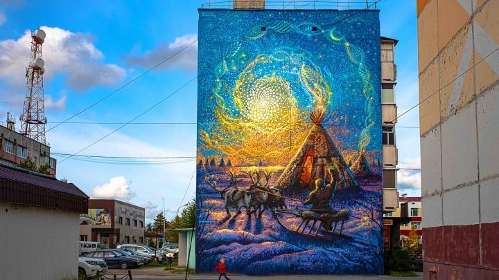 Художник «Стенограффии» нарисовал на пятиэтажке картину о Ямале. Она состоит из 52 000 точек