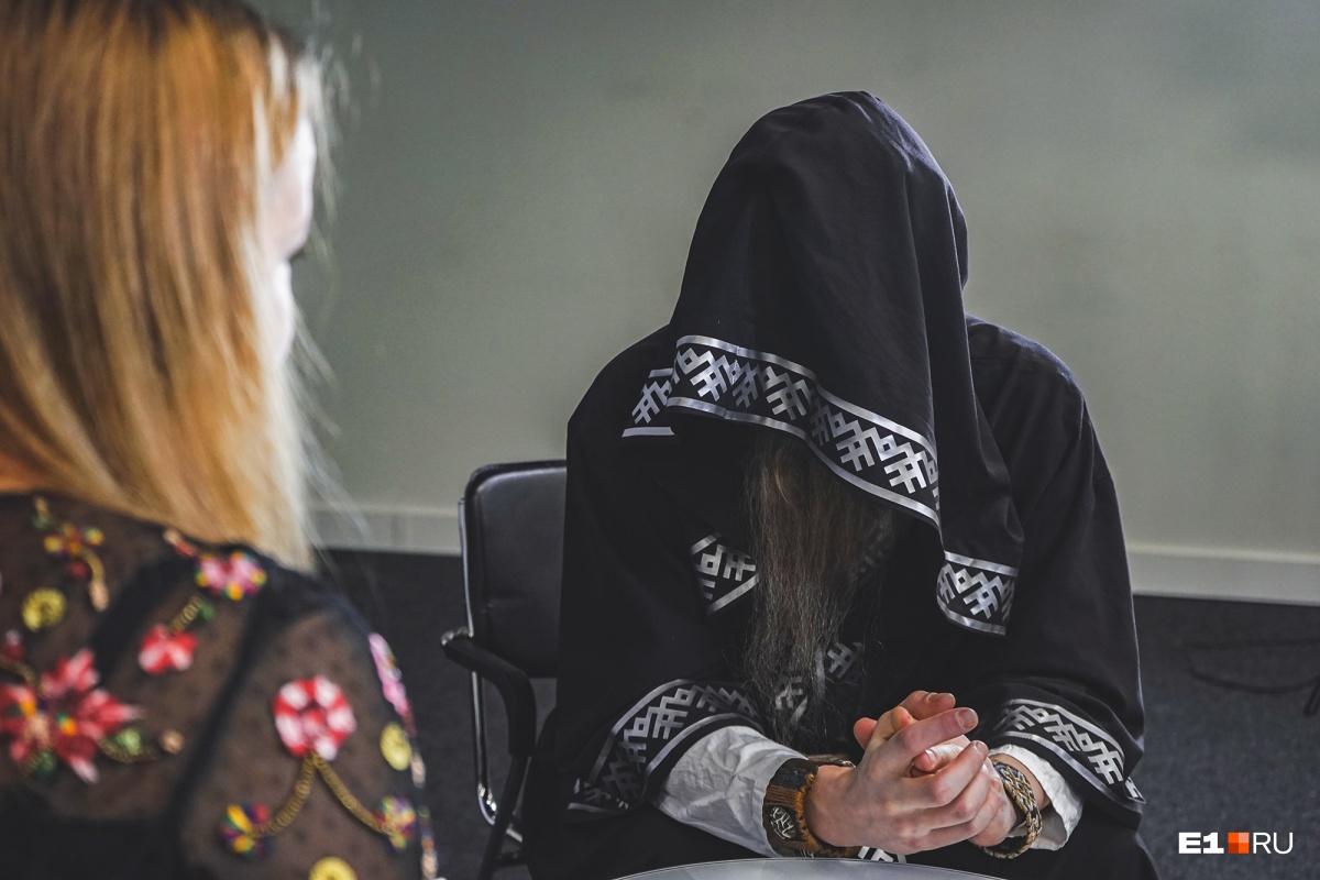 Брать интервью у человека, лица которого не видно, сложно