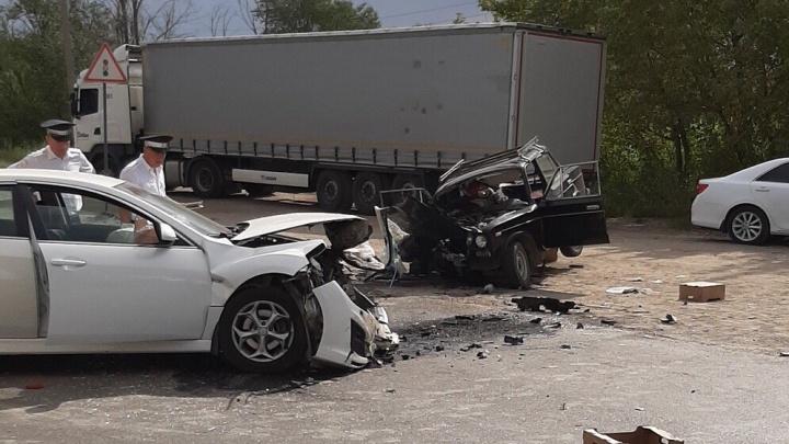 В Волжском водитель «шестерки» протаранил две иномарки: есть пострадавший