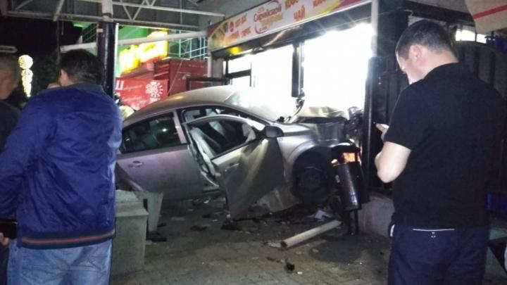 Водитель, который протаранил киоск с шаурмой в Уфе, возможно, был пьян