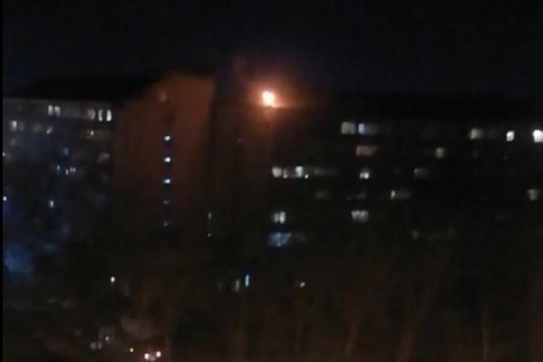 Жители домов на 30 лет Победы увидели, как из трубы соседнего дома валит дым и извергается пламя