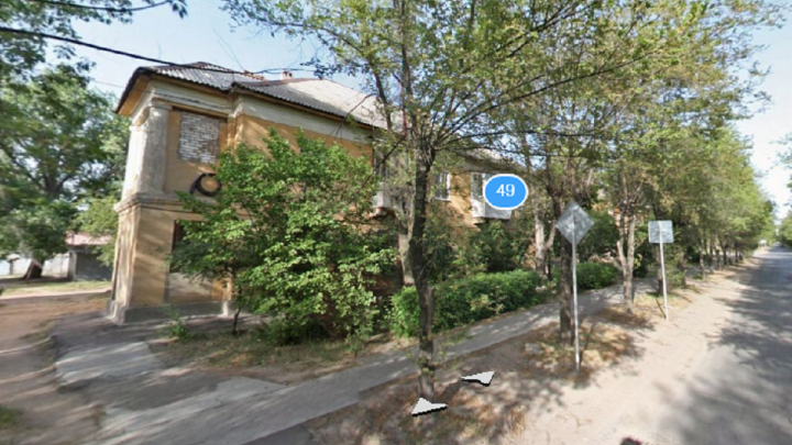 Пострадала семья с новорожденным: в Волжском загорелся дом рядом с психбольницей