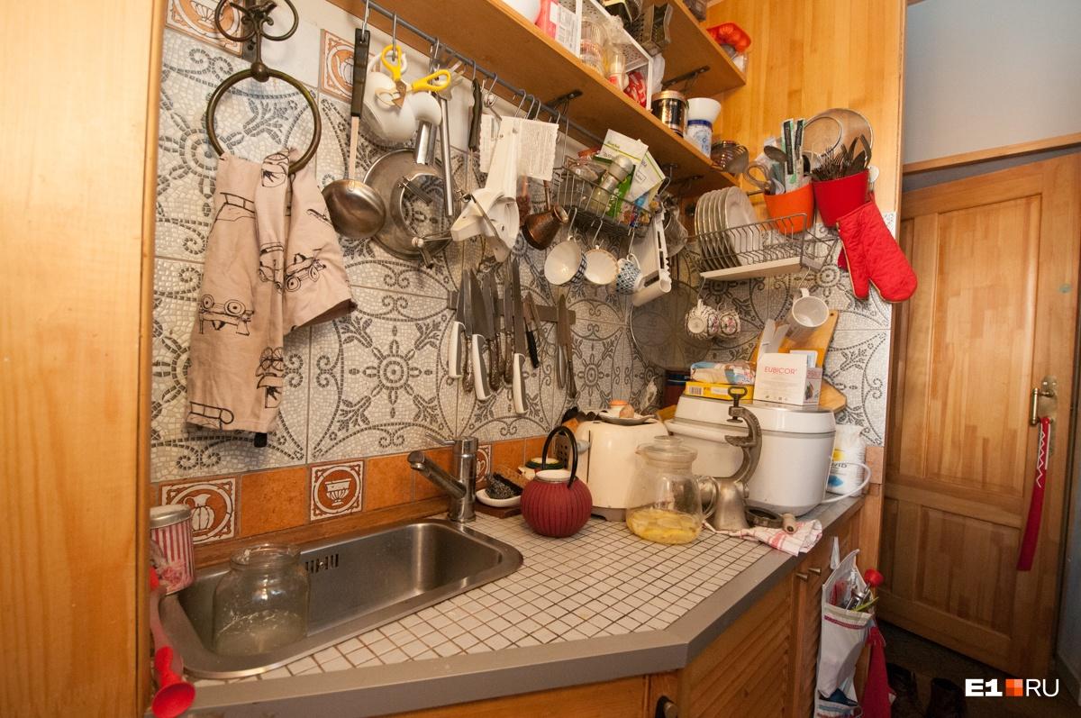 Семья оборудовала себе небольшую кухоньку
