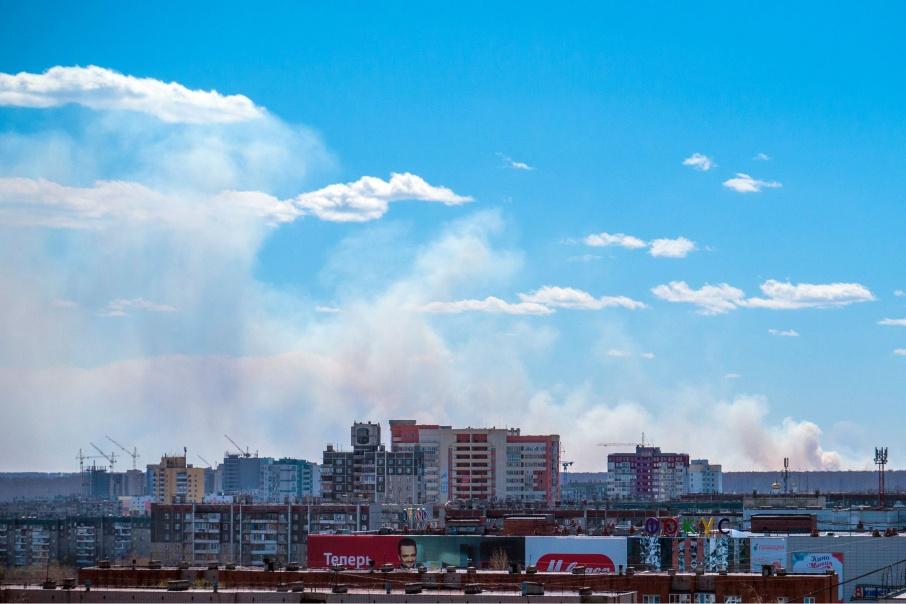 Дым хорошо видно со стороны ТРК «Фокус» и ближе к центру города