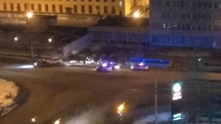 «Ее уже увез экипаж»: девушка за рулем белой Mazda снесла светофор на Эльмаше