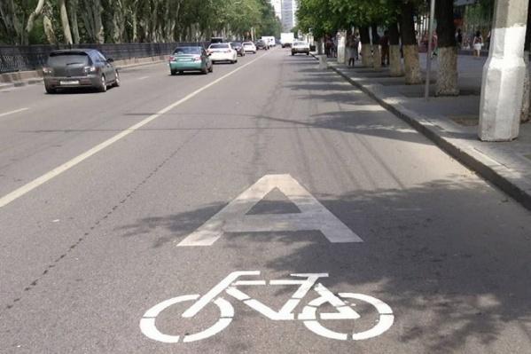 Обычно дорогу делит общественный и личный транспорт, но в городе-герое всё сложнее