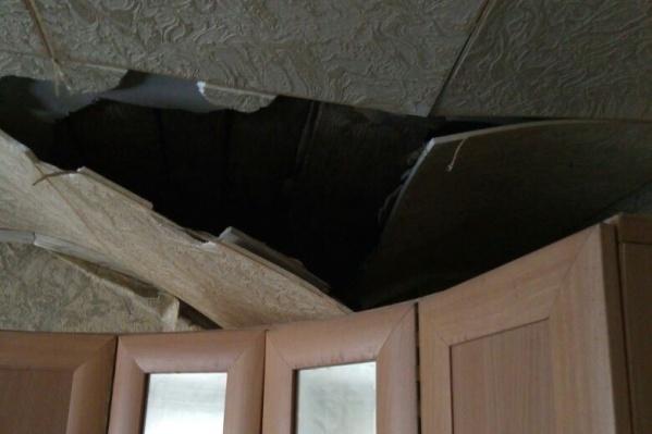 Потолок обрушился в квартире первого подъезда