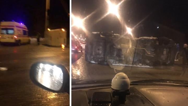 «Там был каток»: на подъезде к Октябрьскому мосту перевернулся микроавтобус