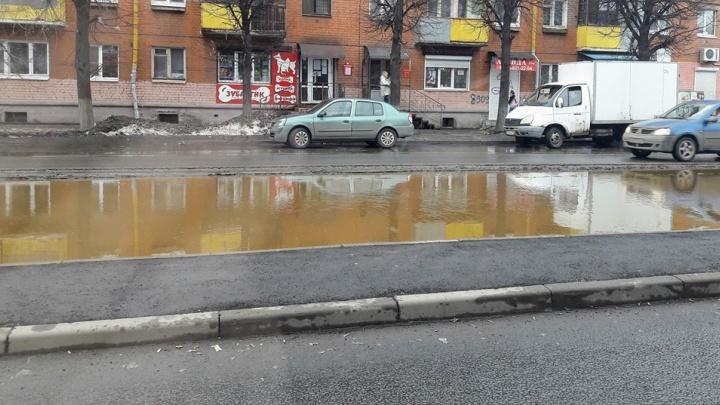 «А если шарахнет?»: в Ярославле ушли под воду трамвайные пути