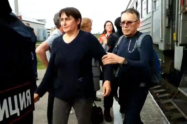 Из-за того, что полиция и ОМОН не разрешали врачам увезти на скорой помощи активисток, поезд задержали как минимум на 10 минут