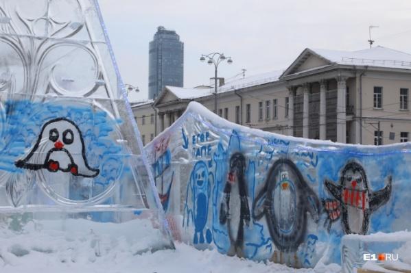 Перед закрытием ледового городка его разукрасили дети