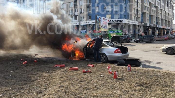 На Авиаторов горящий «Мерседес» пытались спасти огнетушителями