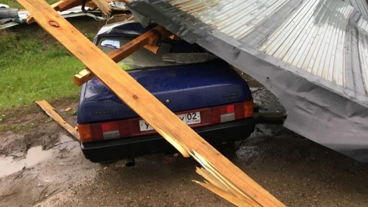 Первые последствия урагана: в Нефтекамске ветром сорвало крышу с автосервиса