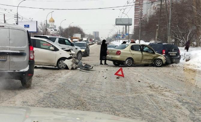 Массовая авария на Ватутина: недалеко от «МЕГИ» собралась огромная пробка