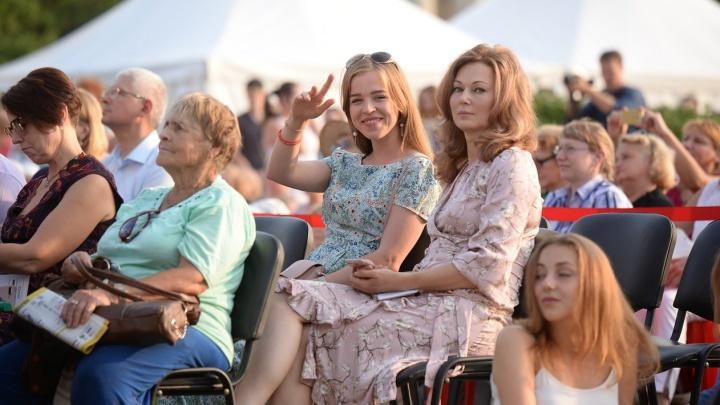 Ищите себя: тысячи человек заполнили площадь перед УрФУ, чтобы послушать скрипачей из Австрии