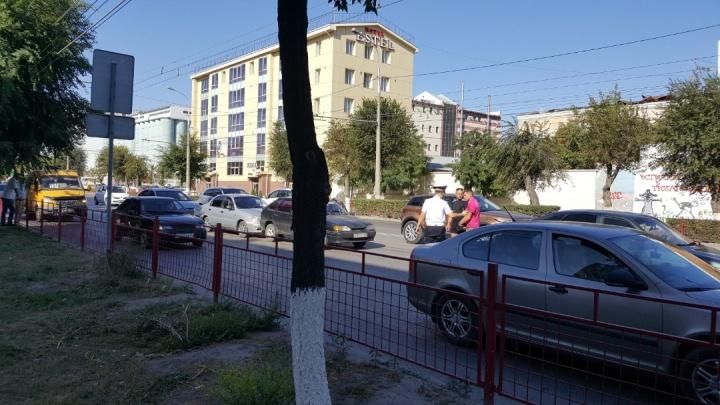 В Волгограде четыре машины въехали друг в друга в утренний час пик