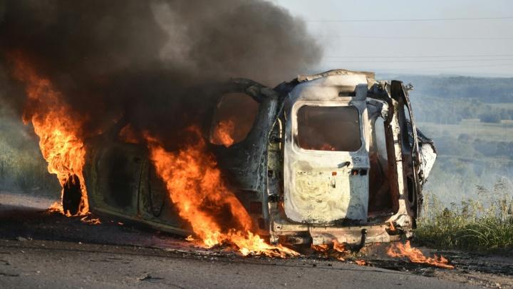 Вспыхнул как спичка: под Тольятти сгорел автомобиль