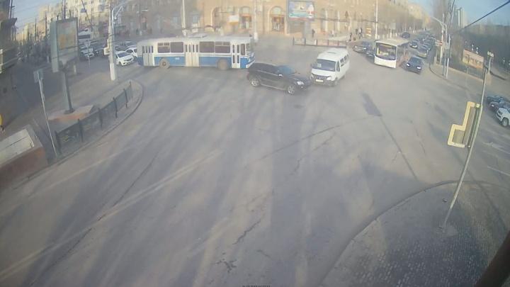 Поторопился: ДТП на опасном перекрестке в центре Волгограда попало на видео