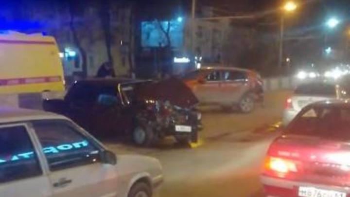 «Несся, как ужаленный»: в Ростове ВАЗ протаранил иномарку