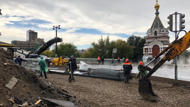 Дорожники уложили асфальт на Юбилейном мосту под дождём