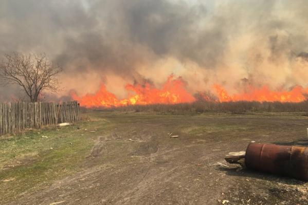 Сначала загорелась сухая трава, потом огонь перекинулся на строения