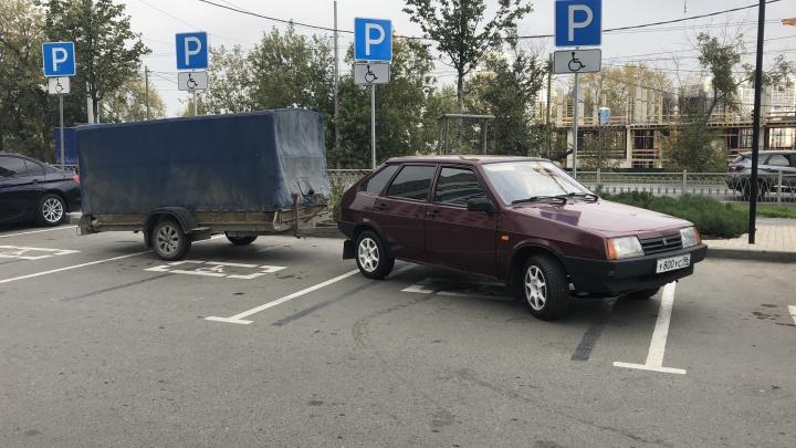 «Я паркуюсь как...»: автохам у памятника Ленину, трамвай против пешеходов и перекур на тротуаре