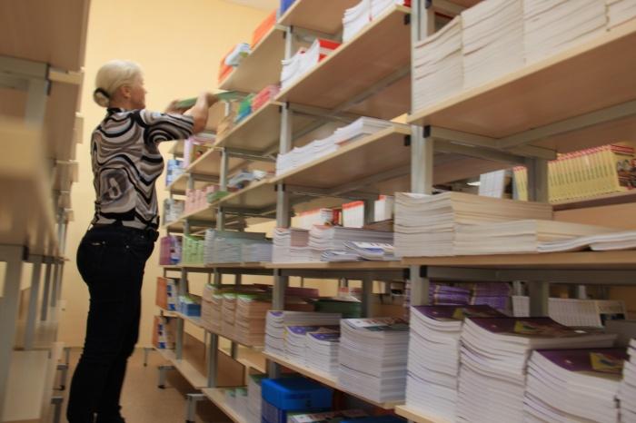В минобре заявили, что учебники и тетради в школах должны выдавать бесплатно