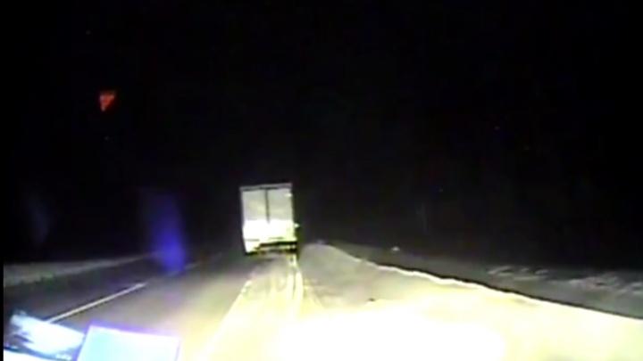 «Бензин закончился»: два человека замерзали в заглохшей фуре на трассе в минус 40