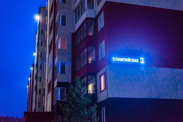 Светопрозрачные входные группы ярко освещены, на торцах домов — заметная навигация