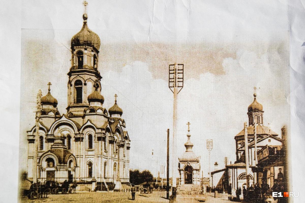 Храм «Большой Златоуст» на нынешней улице 8 Марта. В наше время восстановили только то здание, что слева