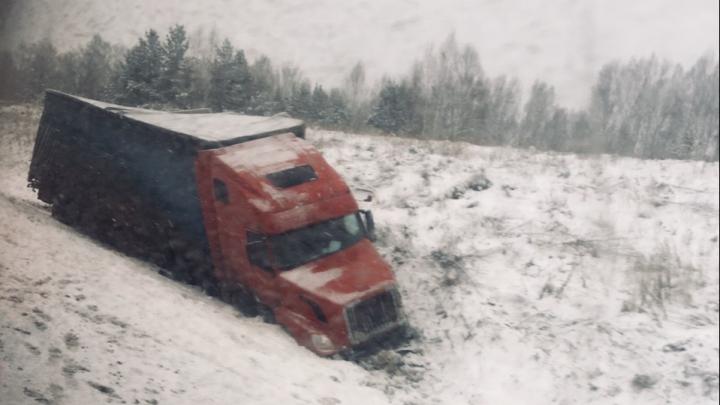 «Месиво на скользкой трассе»: в массовом ДТП с фурой погиб водитель ВАЗа