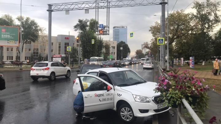 Такси в цветах и помятый «мерин»: в ДТП на Московском шоссе пострадал водитель Datsun