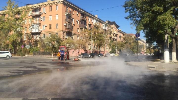 В центре Волгограда устраняют порыв на теплосетях